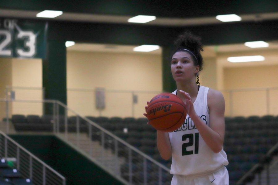 Sophomore+Saylor+Lewis%2C+No.+21%2C+anticipates+her+free+throw+shot.+The+girls+varsity+basketball+team+played+Plano+Senior+Friday%2C+Jan.+17.++The+Eagles+took+the+loss+42-31+against+the+Wildcats.